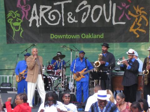 Una banda presentándose en el festival Art & Soul de Oakland