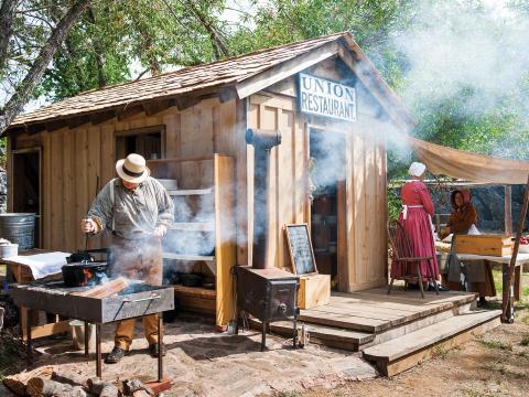 Representación de la vida en Columbia Diggins Gold Rush Tent Town en Columbia State Historic Site