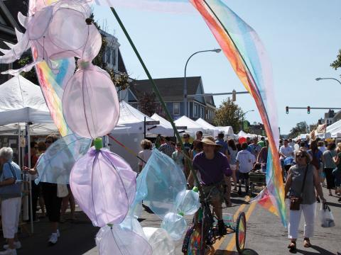 Una colorida bicicleta tipo carroza en Elmwood Avenue Festival of the Arts