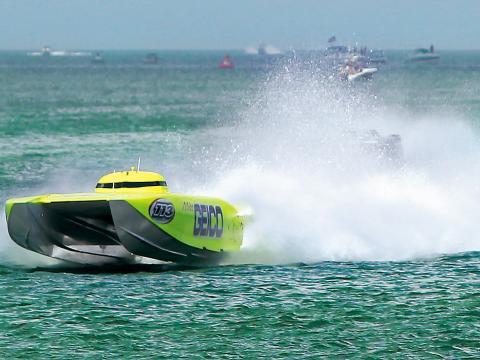Una lancha rápida que compite en el Clearwater Super Boat National Championship