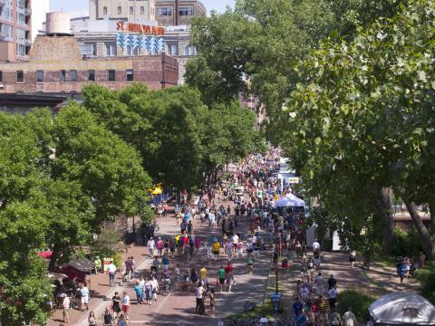 Main Street es el centro de la acción durante Stone Arch Bridge Festival