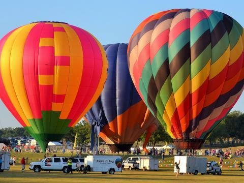 Globos coloridos listos para su lanzamiento en Plano Balloon Festival