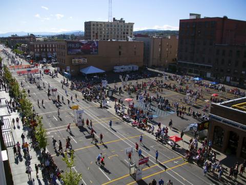 Las canchas llenas de actividad en el Spokane Hoopfest