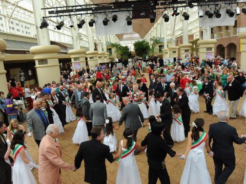 Bailando vestidos con los colores de la bandera en Italian Heritage Festival