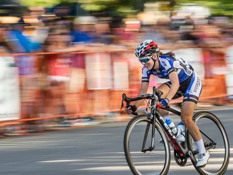 Las multitudes alientan a los ciclistas en carrera en Twilight Criterium