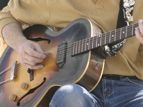 Rasgueo de guitarra en el Cheyenne Arts Festival