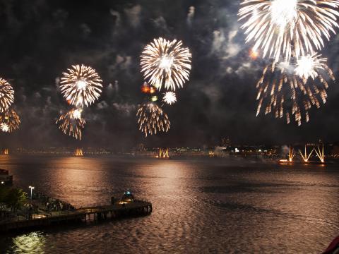 Iluminando la noche con fuegos artificiales del 4 de julio de Macy's
