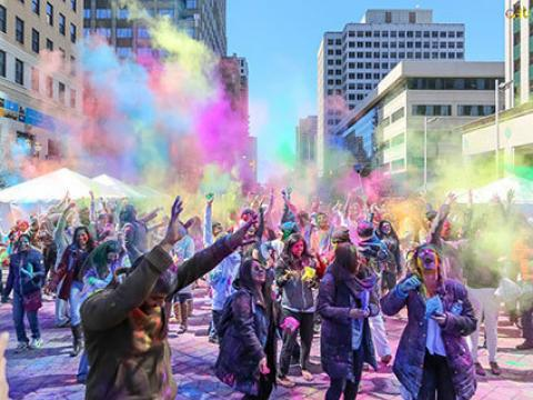 Celebrando la colorida Holi Hai Indian Celebration