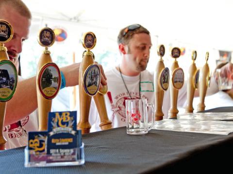 Degustando distintas cervezas de barril en World Expo of Beer