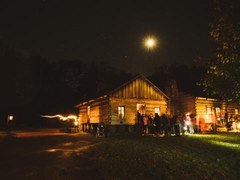 El tenebroso escenario del Candlelight Tour de Lincoln's New Salem