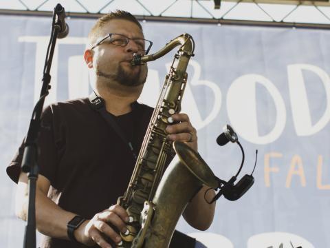 Música tradicional durante el Big Boy's Main Street Cook-Off and Thibodeauxville Fall Festival