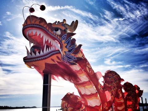 Un colorido dragón toca el cielo durante el Dragon Boat Festival
