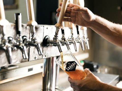 Virtiendo una cerveza artesanal en Cahaba Brewing Company en Birmingham