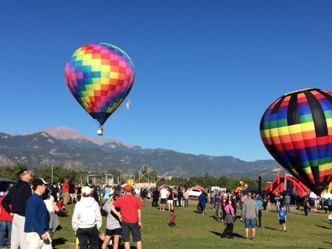 Los globos aerostáticos ascienden durante Colorado Springs Labor Day Lift Off