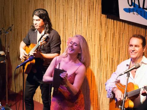 Actuación de un trío de jazz durante el Amelia Island Jazz Festival
