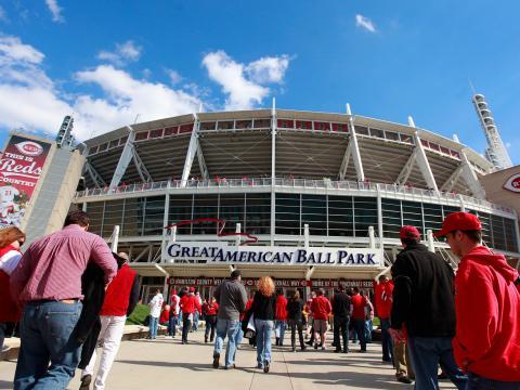 Ingresando al Great American Ball Park en la jornada inaugural de béisbol de los Reds