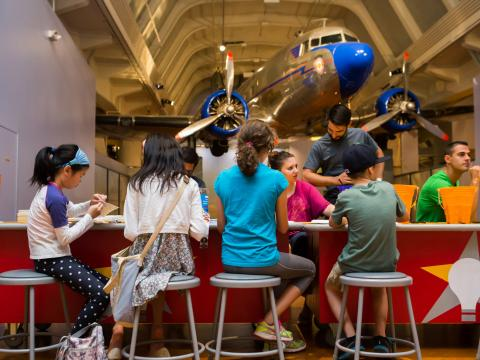 Niños trabajando para crear proyectos en Maker Faire de Henry Ford