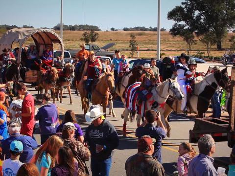 Un desfile durante el Louisiana Fur and Wildlife Festival en Cameron