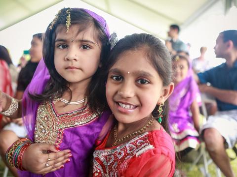 Niños que asistan al Gilbert Global Village Festival, con vestimenta tradicional