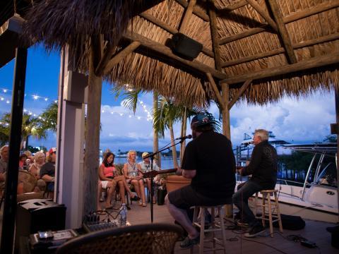 Una presentación frente al mar durante el Island Hopper Songwriter Fest