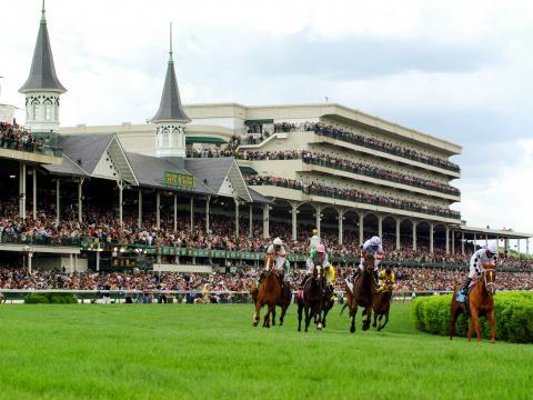 Carrera de caballos en Churchill Downs durante el Derby de Kentucky en Louisville