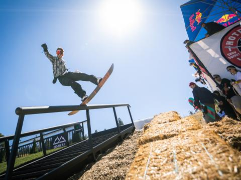 Practicando snowboard durante el evento Hot Dawgz & Hand Rails in Big Bear Lake, California
