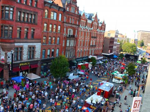 Vista aérea del festival callejero PearlPalooza en Albany, Nueva York