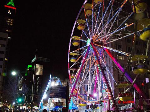 Rueda de la fortuna en el centro de la ciudad durante el First Night Raleigh
