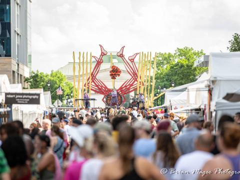 Disfrutando de un concierto durante el festival Artsplosure en Raleigh, Carolina del Norte