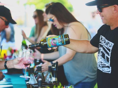 Sirviendo muestras de vino durante el Wine Festival Weekend en Paso Robles, California