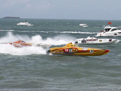 Superbotes compitiendo en el océano Atlántico durante Thunder on Cocoa Beach en Florida